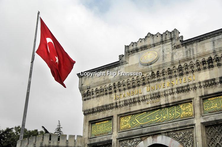 Turkije, Istanbul, 2-6-2015Turkse vlag hangt overal in de stad zoals hier bij een gebouw van de universiteit van Istanbul .Foto: Flip Franssen