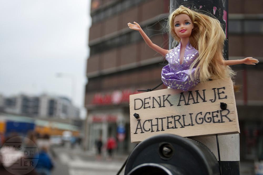 Bij een verkeerslicht op het Smakkelaarsveld in Utrecht waarschuwt een Barbiepop dat je aan je achterliggers moet denken.<br /> <br /> With a doll cyclists are asked to think about the people cycling behind them