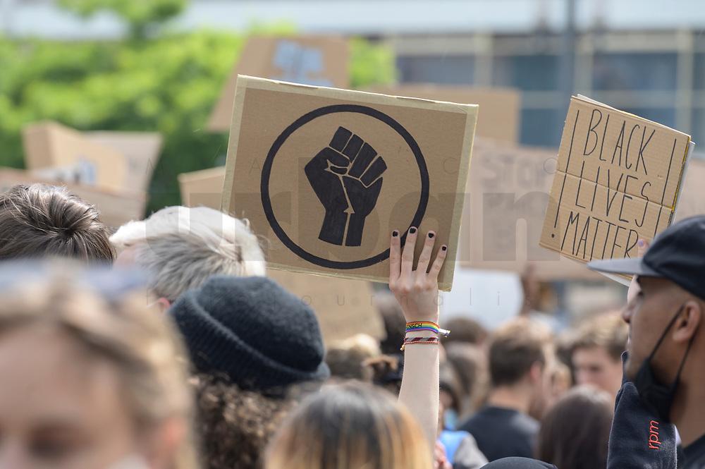 """06 JUN 2020, BERLIN/GERMANY:<br /> """"Silent Demo"""" anl. des gewaltsamen Todes des US-Afroamerikaners George Floyd durch Polizeigewalt in Minneapolis, Alexanderplatz<br /> IMAGE: 20200606-01<br /> KEYWORDS: Demonstration, demonstrator, Protest, Black Lives Matter, #blacklivesmatter, Faust"""