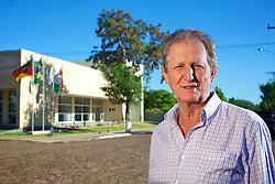 O prefeito de Maçambará, Alderico Domingos Copatti, em frente a sede da prefeitura. FOTO: Jefferson Bernardes/Preview.com