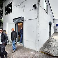 Nederland, Amsterdam , 24 september 2013.<br /> De laatste paar Asielzoekers moesten hun tijdelijk onderkomen vanmorgen in een gebouwtje aan de Nachtwachtlaan in het zg Vluchtpark verlaten.<br /> Inmiddels hebben ze weer een ander tijdelijk onbekend adres gevonden.<br /> Foto:Jean-Pierre Jans