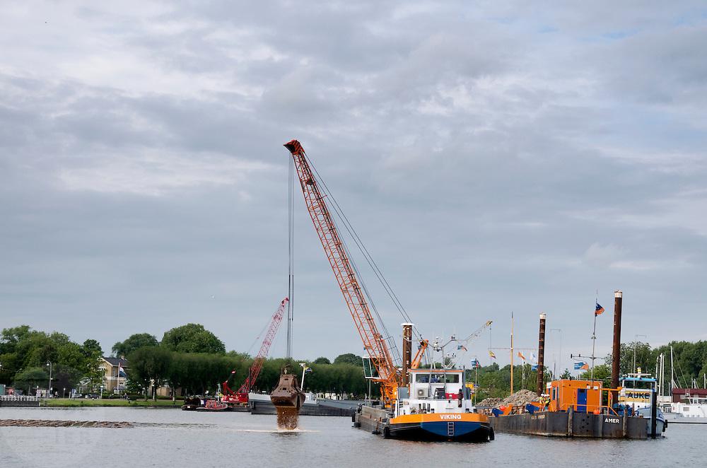 In het IJ in Amsterdam wordt druk gegraven en gebaggerd.<br /> <br /> Dredging in the IJ in Amsterdam.
