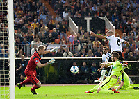 Valencia's Sofiane Feghouli and KAA Gent's Matz Sels  during Champions league match. October 20, 2015. (ALTERPHOTOS/Javier Comos)