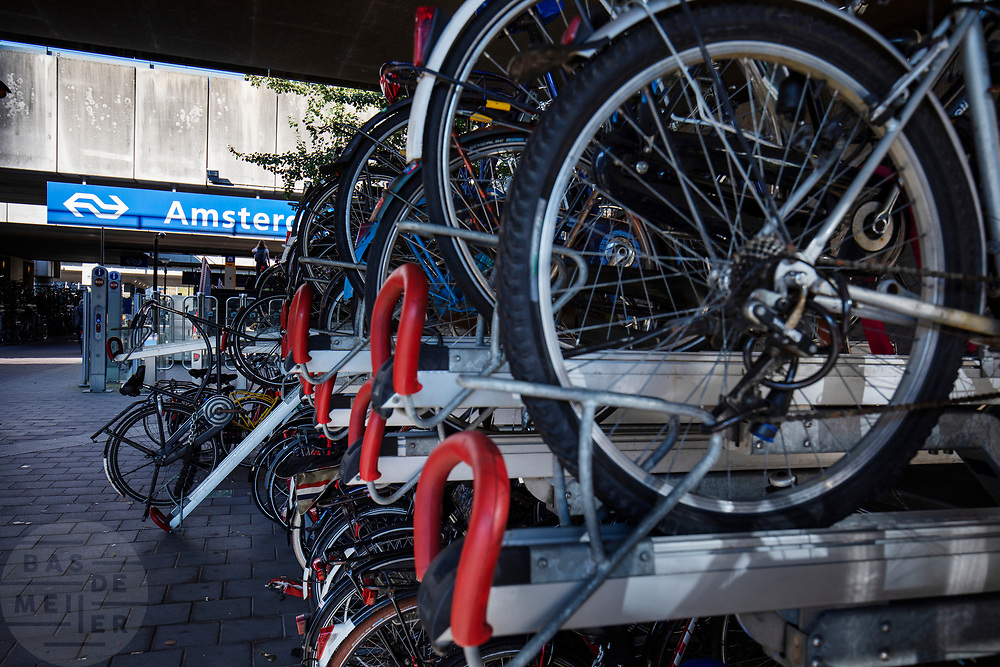 Fietsenstalling bij Amsterdam-Zuid.<br /> <br /> Bike parking near Amsterdam-Zuid.