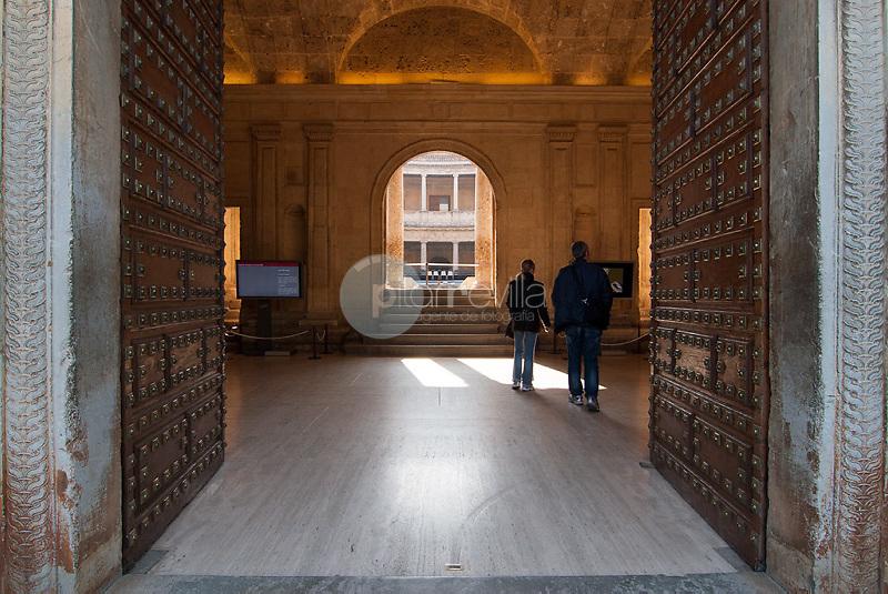 Entrada principial del palacio de Carlos V en Granada. Andalucia. España. Europa ©Country Sessions / PILAR REVILLA