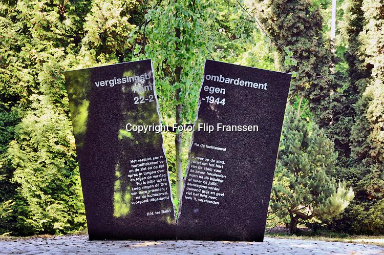 Nederland, Nijmegen, 2-5-2017 Op de begraafplaats aan de graafseweg staat een monument ter nagedachtenis aan de  slachtoffers van het vergissingsbombardement op de stad in 1944. Bijna 800 doden. Op 22 februari wordt dit uitrgebreid herdacht. Foto: ANP/ Hollandse Hoogte/ Flip Franssen
