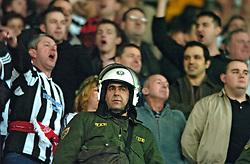 10-03-2005 VOETBAL: UEFA CUP: OLYMPIACOS PIREAUS-NEWCASTLE UNITED: ATHENE<br /> In een beladen wedstrijd wint Newcastle met 3-1 van het griekse Olympiacos - Newcastle support en politie<br /> ©2005-WWW.FOTOHOOGENDOORN.NL