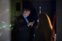 Berlin, 24.09.2021: FDP-Partei- und Fraktionschef Christian Lindner schaut auf sein Smartphone beim Wahlkampfabschluss der FDP im Hof der Königlichen Porzellan-Manufaktur (KPM).