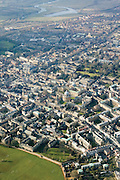 Aerial view of the centre of Oxford, which has a population of 165,000. Many of the buildings are part of Oxford University, the oldest university in the Englishspeaking.world. They are recognisable by the golden Cotswold limestone and private Quads (an abbreviation of quadrangle), used to describe a college court completely surrounded by buildings and approached through a gateway. Oxford, UK, 2004