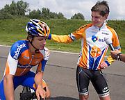 Jan Bos (rechts) geeft zijn broer Theo ten schouderklop nadat him hem heft verslagen. Het Human Powered Team Delft en Amsterdam presenteert de VeloX2, de fiets waarmee ze het wereldrecord willen verbreken dat nu op 133 km/h staat. Jan Bos, een van de rijders die het record gaat proberen te verbreken, gaat de strijd aan met zijn broer Theo Bos op de gewone racefiets. Jan wint uiteindelijk glansrijk en haalt 77,2 km/h.<br /> <br /> Jan Bos (right) taps his brother Theo on his shoulder after defeating him. Human Powered Team Delft and Amsterdam presents the VeloX2, the bike which they will attempt to set a new world record with. Jan Bos, on of the two cyclists who will try to ride faster than 133 km/h, is racing at the presentation against his brother Theo Bos, a former world champion and cyclist for the Rabobank Racing Team. Jan will defeat Theo, with a maximum speed of 77,2 km/h.