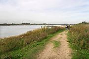 Nederland, Ooijpolder, 13-10-2020 Mensen wandelen langs de rivier in de Gelderse Poort bij de Vlietberg .Foto: ANP/ Hollandse Hoogte/ Flip Franssen