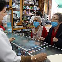 Toluca, Mex.- La gente comienza a abarrotar farmacias en busca de gel para desinfectar manos, alcohol, guantes y sobre todo cubrebocas, aunque debido a la demanda en muchos establecimientos estos se han agotado. Agencia MVT / Crisanta Espinosa. (DIGITAL)