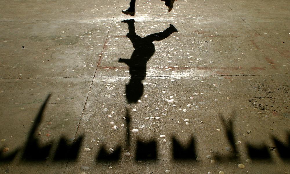 Sao Paulo_SP, Brasil...Sombra de um garoto correndo durante o intervalo, proximo aos preparativos para a festa junina. Escola Estadual Brigadeiro Gaviao Peixoto...Shadow of a boy running during the interval, next to the preparations for the June Party. State School Brigadeiro Gaviao Peixoto...Foto: LEO DRUMOND / NITRO