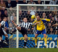 Fotball<br /> England 2004/22005<br /> Foto: SBI/Digitalsport<br /> NORWAY ONLY<br /> <br /> Newcastle United v Southampton<br /> Barclays Premiership, 15/01/2005.<br /> <br /> Southampton's Claus Lundekvam (R) can only look on as Newcastle's Alan Shearer controls the ball.