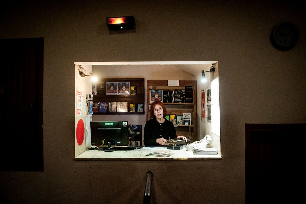 20181101/ Javier Calvelo - adhocFOTOS/ URUGUAY/ MONTEVIDEO/ Centro de Documentación Cinematográfica, Sala Cinemateca y Sala 2 en Lorenzo Carnelli 1311/ Proyecto documental sobre el ultimo mes de funciones en la vieja y tradicional infraestructura de salas de la Cinemateca Uruguaya. Cinemateca Uruguaya es una filmoteca uruguaya con sede en Montevideo, Uruguay, fundada el 21 de abril de 1952. Es una asociación civil sin fines de lucro cuyo objetivo es contribuir al desarrollo de la cultura cinematográfica y artística en general.<br /> Trabajadores: Guillermina Martín Bibliotecologa , Susana Roura y Lucero Trelles en Boleteria, Martin Ramirez proyeccionesta sala 2, Jorge Barboza Sala Cinemateca, <br /> Alejandra Frechero coordinacion , Silvana Silveira encargada depto comercial  , Magela Richero administracion <br /> En la foto: Susana Roura en Boleteria en Sala Cinemateca y Sala 2. Foto: Javier Calvelo/ adhocFOTOS