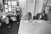 Nederland, Nijmegen, 17-5-1986De gastarbeidwinkel in de wijk Bottendaal. Hier verleenden vrijwilligers hulp aan gastarbeiders, allochtonen, uit vooral Turkije en Marokko. Hier helpt een vrouw met het invullen van formulieren.Foto: Flip Franssen/Hollandse Hoogte
