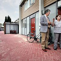 Nederland, Zoetermeer , 5 juli 2012.. wethouder Edo Haan op wijkspreekuur in gesprek met een buurtbewoonster door wijk Buitenwegh op de hoek bij Bessie Smithrode...Foto:Jean-Pierre Jans