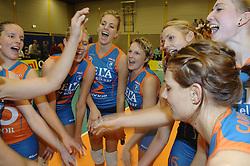 08-10-2006 VOLLEYBAL: SUPERCUP DELA MARTINUS - PLANTINA LONGA: DOETINCHEM<br /> Martinus wint vrij eenvoudig met 3-0 van Longa en pakt de Supercup / Manon Flier, Debby Stam, Janneke van Tienen,  Riette Fledderus, Susan van de Heuvel, Caroline Wensink en Carlijn Jans <br /> <br /> ©2006: WWW.FOTOHOOGENDOORN.NL