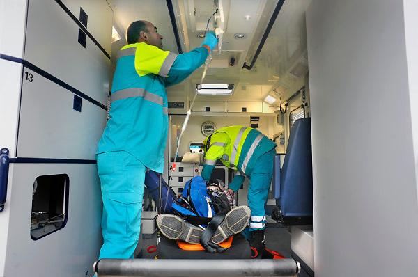 Nederland, Overasselt, 11-10-2009Ambulance met verkeersslachtoffer voor vervoer naar het ziekenhuis.Demonstratie tijdens open dag van de brandweer.Foto: Flip Franssen/Hollandse Hoogte