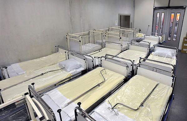 Nederland, Nijmegen, 26-10-2012Bij een lift staan een aantel ziekenhuisbedden klaar om vervoerd te worden naar een verpleegafdeling.Foto: Flip Franssen