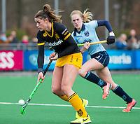 LAREN - Hockey - Hoofdklasse competitie dames . Laren-Den Bosch (1-2). Lidewij Welten (Den Bosch)   met Elin van Erk van Laren.  COPYRIGHT KOEN SUYK