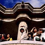 TURISTAS JAPONESES  EN LA SALA HIPOSTILA DEL PARQUE GüELL, OBRA DEL ARQUITECTO ANTONIO GAUDÍ (1852-1926). BARCELONA. CATALUÑA.ESPAÑA