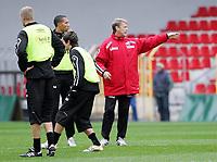 Fotball / Football<br /> Trening Norge foran Play Off mot Tsjekkia<br /> Training Norway in front of the play off match v Czech Republic<br /> Praha / Prague<br /> 15.11.2005<br /> Foto: Morten Olsen, Digitalsport<br /> <br /> John Carew - Lyon and Åge Hareide - coach
