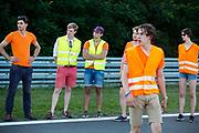 Teamleden kijken gespannen hoe Iris Slappendel voor het eerst over de baan rijdt. Het Human Power Team Delft en Amsterdam (HPT), dat bestaat uit studenten van de TU Delft en de VU Amsterdam, is in Senftenberg voor een poging het laagland sprintrecord te verbreken op de Dekrabaan. In september wil het Human Power Team Delft en Amsterdam, dat bestaat uit studenten van de TU Delft en de VU Amsterdam, tijdens de World Human Powered Speed Challenge in Nevada een poging doen het wereldrecord snelfietsen voor vrouwen te verbreken met de VeloX 7, een gestroomlijnde ligfiets. Het record is met 121,44 km/h sinds 2009 in handen van de Francaise Barbara Buatois. De Canadees Todd Reichert is de snelste man met 144,17 km/h sinds 2016.<br /> <br /> The Human Power Team is in Senftenberg, Germany to race at the Dekra track as a preparation for the races in America. With the VeloX 7, a special recumbent bike, the Human Power Team Delft and Amsterdam, consisting of students of the TU Delft and the VU Amsterdam, also wants to set a new woman's world record cycling in September at the World Human Powered Speed Challenge in Nevada. The current speed record is 121,44 km/h, set in 2009 by Barbara Buatois. The fastest man is Todd Reichert with 144,17 km/h.