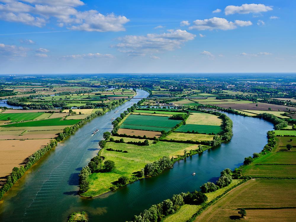 Nederland, Noord-Brabant, Gemeente Boxmeer; 27-05-2020; meanders in rivier de Maas, grens tussen Heijen (Noord-Limburg) links en Beugen (Noord-Brabant). Midden de hoofdtak van de rivier met Rijksweg A77, links de Oude Maas, deels afgedamd, evenals de oude riviertak  rechts (met jachthaven). <br /> Meanders in the river Meuse, border between Heijen (North Limburg) and to the right Beugen (North Brabant). In the middle the main branch of the river with Rijksweg A77, on the left the Oude Maas, partly dammed, as well as the old river branch on the right (with marina).<br /> luchtfoto (toeslag op standaard tarieven);<br /> aerial photo (additional fee required)<br /> copyright © 2020 foto/photo Siebe Swart