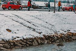 04.01.2020, Kaprun, AUT, VU, Auto landet in Kapruner Ache Autospuren am Ufer führen in die Kapruner Ache, aufgenommen am 04. Jänner 2020 in Kaprun, Oesterreich // Car tracks on the bank lead into the Kapruner Ache in Kaprun, Austria on 2020/01/04. EXPA Pictures © 2020, PhotoCredit: EXPA/Stefanie Oberhauser