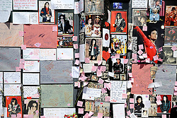 30/06/2009 Michael Jackson fans add messages to a growing 'shrine' to the 'King of Pop' outside the HMV store in London's Piccadilly Circus.