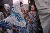 Pakistan - Hijra, les demi-femmes du Pakistan - Lors de la fête du saint soufi Baba Masta Wali Sarkar, une centaine d'Hijra se retrouvent dans des campements. Ils se rendent chaque jour sur la tombe en procession et se donnent en spectacle. // Pakistan. Punjab province. Hijra, the half woman of Pakistan. During the festival of Holy Soufi Baba Masta Wali Sharkar, a hundred of Hijras assemble in the camps. Every day, they give procession to honor the tomb of the Holy Soufi and devote themselves in show.