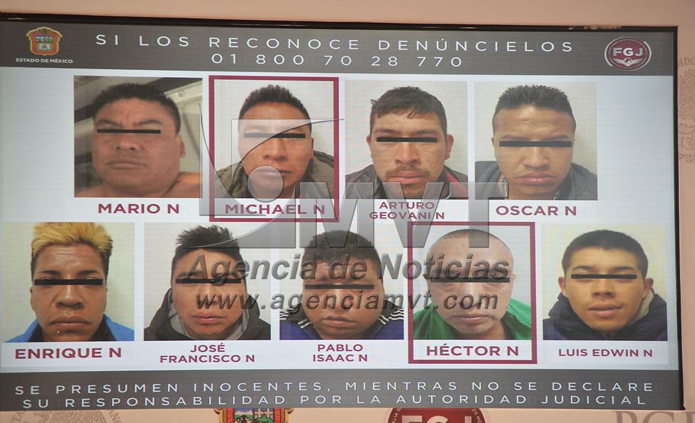 TOLUCA, México.- (Febrero 21, 2018).- Rodrigo Archundia Barrientos, coordinador de Combate al Secuestro de la Fiscalía  General de Justicia, anunció que en tres operativos distintos realizados en suelo mexiquense, liberaron a tres víctimas y capturaron a 17 presuntos plagiarios, entre ellos dos mujeres y tres ex policías. Agencia MVT / Crisanta Espinosa.