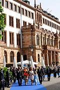 Koning Willem Alexander en Koningin Maxima in de deelstaat Hessen.<br /> <br /> King Willem Alexander and Queen Maxima in Germany / Hessen.<br /> <br /> Op de foto / n the photo: <br />  Aankomst bij het Rathaus van Wiesbaden en ondertekening van het Gouden Boek van Wiesbaden, daarna een wandeling naar het standbeeld van Willem de Zwijger en inwijding van het Wiesbadener Glockenschlag.<br /> <br /> Arrival at the Rathaus Wiesbaden and signing the Golden Book of Wiesbaden, then a walk to the statue of William the Silent and dedication of the Wiesbadener Glockenschlag.