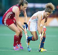 AMSTERDAM - Hockey - Maria Verschoor (Neth) met Giselle Ansley (GB).  Interland tussen de vrouwen van Nederland en Groot-Brittannië, in de Rabo Super Serie 2016 .  COPYRIGHT KOEN SUYK