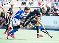 UTRECHT -  Billy Bakker (A'dam) met Robbert Kemperman (Kampong)    tijdens   de finale van de play-offs om de landtitel tussen de heren van Kampong en Amsterdam (3-1). Kampong kampong kampioen van Nederland. COPYRIGHT  KOEN SUYK
