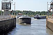 Nederland, Sambeek, 28-5-2020 Schepen worden geschut in de sluis . Het regelen van het waterpeil in de Maas dmv de stuwen . Het peil in de rivier wordt 10 centimeter hoger gehouden als normaal. Hiermee probeert rijkswaterstaat de gevolgen van de droogte in het stroomgebied wat op te compenseren . De Maas is vanaf Zuid Limburg tot een gekanaliseerde rivier waarvan het waterpeil geregeld wordt via sluizen en stuwen tot aan Lith.. Foto: Flip Franssen
