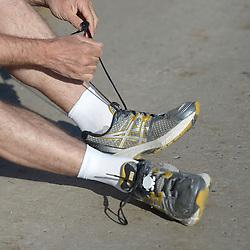 14.04.2013, Wien, AUT, Vienna City Marathon 2013, im Bild bindet ein Läufer seine Schuhe, Feature // during Vienna City Marathon 2013, Vienna, Austria on 2013/04/14. EXPA Pictures © 2013, PhotoCredit: EXPA/ Gerald Dvorak