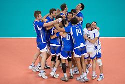 12-08-2012 VOLLEYBAL: OLYMPISCHE SPELEN 2012 ITALIE - BULGARIJE: LONDEN <br /> Italie pakt de bronzen medaille onderleiding van scheidsechter Frans Loderus / Italie viert feest na de 3-1 overwinning<br /> ©2012-FotoHoogendoorn.nl