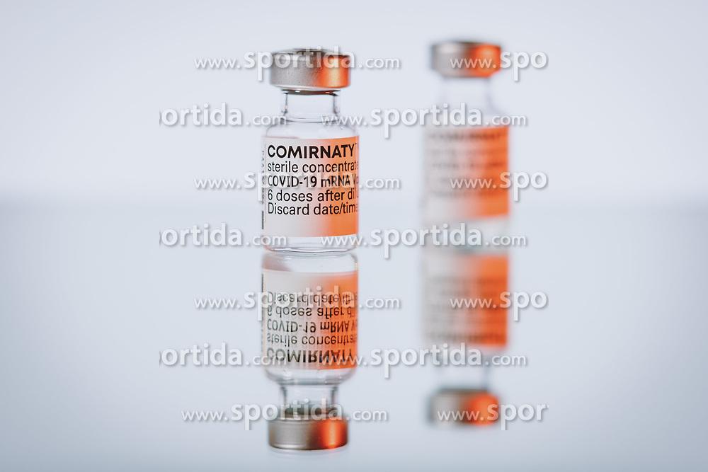 THEMENBILD - Ampullen des mRNA-Impfstoffs BNT162b2 von BioNTech/ Pfizer mit einer Injektionsspritze. Comirnaty ist der erste in Europa zugelassene Impfstoff gegen Covid-19, aufgenommen am 19. März 2021, Österreich // Vials of the mRNA vaccine BNT162b2 from BioNTech/ Pfizer with a Injection syringe. Comirnaty is the first vaccine against Covid-19 licensed in Europe, Austria on 2021/03/19. EXPA Pictures © 2021, PhotoCredit: EXPA/ JFK