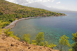 Meeresbucht mit dunklem Vulkangestein bei Amed, Bay with volcanic rocks close to Amed, Bali, Indonesien, Indopazifik, Indonesia Asien, Indo-Pacific Ocean, Asia