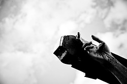 Sagra Maggese - Colobraro/Basilicata/Italy - Sul monte alto circa 8OO metri sul livello del mare,a ridosso dell?abitato, è da tempo immemorabile situata una croce che fu collocata a memoria e celebrazione dell?evento che secondo la tradizione nel lontano passato funestò il paese con l?invasione appunto delle cavallette. Queste, dalla lontana Africa, inondarono tutta la zona arrecando gravi danni non soltanto alle vegetazioni ma anche agli uomini con le loro dolorose punture. Ne subirono le conseguenze soprattutto gli anziani e i bambini che non erano in grado di difendersi dai morsi delle migliaia e migliaia di insetti. La popolazione si trovò in uno stato di disperazione e invocò l?aiuto del taumaturgo Francesco da Paola, il quale accolse la supplica e si recò sul posto, dove condusse il Crocefisso sulle sommità dei tre monti che circondano il centro abitato di Colobraro. Sulla cima del Calvario, la più elevata, levò in alto la Santa Croce e ordinò alle cavallette..di allontanarsi dai luoghi che avevano invaso. Si narra che da quell?istante un forte vento spinse le locuste nelle acque del fiume Sinni dove trovarono la morte. In memoria di tutto questo ogni anno, e precisamente il 23 maggio, si snoda unaprocessione per riportare il Crocefisso alla sommità del monte Calvario e per rendere omaggio alla Croce colà situata a ricordo del prodigio. Tradizionale è la processione notturna, accompagnata da una fiaccolata, fatta per le vie principali del paese. Questa ricorrenza risale al dopoguerra, quando i superstiti del grande conflitto tornarono e decisero di dedicare una messa ai caduti per ringraziare il Signore di essere rimasti in vita.