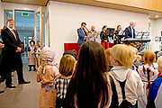 Koning Willem Alexander opent De Nieuwe Baarnsche School. De Koning heeft in zijn kinderjaren 6 jaar op deze school gezeten.(oude locatrie)<br /> <br /> King Willem Alexander opens New Baarnsche School. The King has been in his childhood 6 years at this school.(old location)<br /> <br /> Op de foto / On the Photo: De koning krijgt een ronleiding door de school