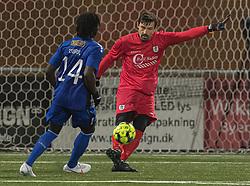 Kevin Stuhr Ellegaard (FC Helsingør) presses af Jubril Adedeji (HB Køge) under kampen i 1. Division mellem HB Køge og FC Helsingør den 4. december 2020 på Capelli Sport Stadion i Køge (Foto: Claus Birch).