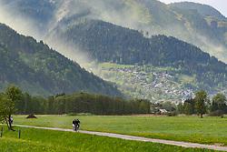 THEMENBILD -Fahrradfahrer auf einem Weg, dahinter eine vom Wind aufgewirbelte Pollenwolke über der Schmitten, aufgenommen am 29. April 2018 in Zell am See, Österreich // Cyclists on a road, behind them a cloud of pollen swirled by the wind hangs over the the Schmitten in Zell am See, Austria on 2018/04/29. EXPA Pictures © 2018, PhotoCredit: EXPA/ JFK