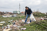 Décembre 2017. Kosovo : 10ème anniversaire de l'indépendance. Natmir Hyseniet, sa femme Nebahat et leurs cinq enfants se sont fait aider par l'association Vorae pour construire une maison toute neuve dans leur quartier de Fushe Kosovo près de la capitale. L'association aide la communauté Roms (Rom, ashkali et égyptien) qui représente 2% de la population. Elle connaît de grandes difficultés, accentuées par leur collaboration présumée aux serbes pendant la guerre. Kosovo Polje ou Fushë Kosovë (en albanais Fushë Kosova). Natmir passe ses journées à ramasser des déchets qu'il revend.