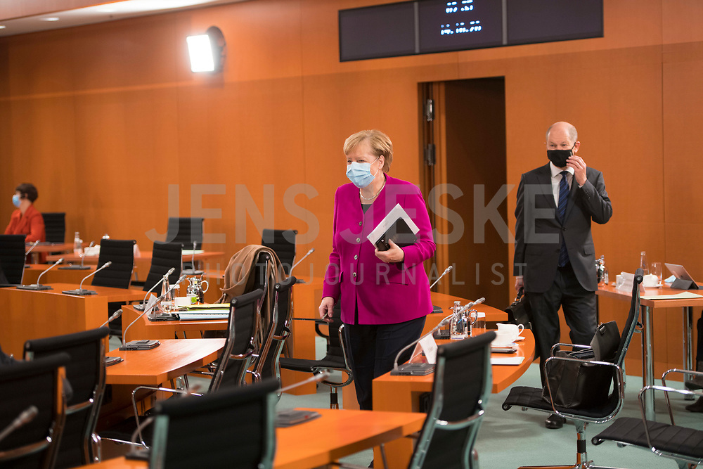 DEU, Deutschland, Germany, Berlin, 14.10.2020: Bundeskanzlerin Dr. Angela Merkel (CDU) und Bundesfinanzminister Olaf Scholz (SPD) tragen eine Mund-Nase-Bedeckung bei der 116. Kabinettsitzung im Bundeskanzleramt. Aufgrund der Coronakrise findet die Sitzung derzeit im Internationalen Konferenzsaal statt, damit genügend Abstand zwischen den Teilnehmern gewahrt werden kann.