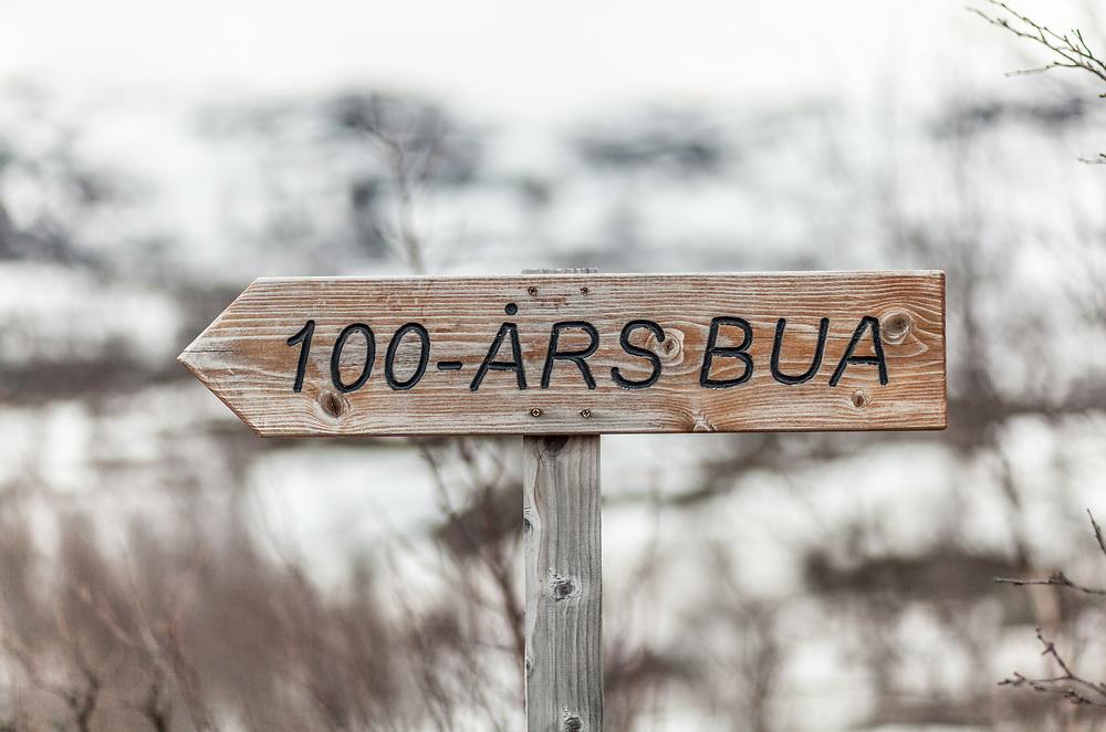 Treskilt som viser vei til hundreårsbua.
