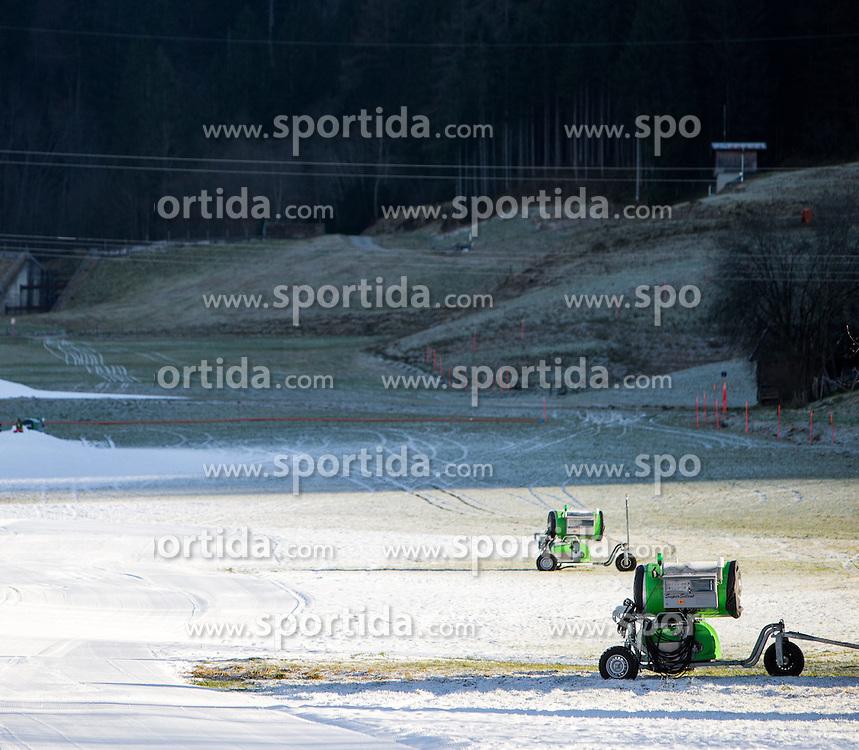 THEMENBILD - Schneekanonen am Lechnerberg, aufgenommen am 23. Dezember 2014, Kaprun, Österreich. Kein Wintereinbruch, Seilbahner warten auf Schnee bzw. auf einen Temperatursturz // snow making machines on the Lechnerberg, Kaprun, Austria on 2014/12/23. EXPA Pictures © 2014, PhotoCredit: EXPA/ JFK