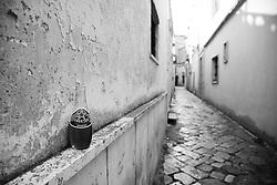 Bottiglia di aperitivo analcolico abbandonata sul muro di una casa del centro storico di Racale (LE)